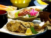 夕食一例。当館の自慢料理!おこぜの唐揚げはぜひ味わっていただきたい逸品♪