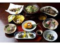 夕食一例。時期もののお造り、季節の魚の煮付けや自慢の魚のから揚げ