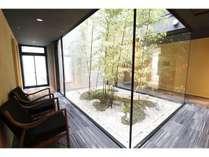 施設の廊下から中庭の竹を臨めます