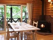 リビング。冬は薪ストーブの暖かさも体感いただけます。