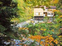 *紅葉シーズン/最上川の源流と大平温泉の山肌に寄り添うように滝見屋はございます。