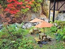 *紅葉シーズン/宿の前には休憩処がございますので川のせせらぎを聞きながらゆっくりと紅葉を堪能できます。
