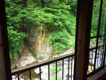 *お部屋一例/風が緑をゆらす音と川のせせらぎ以外何も聞こえてこない、自然に抱かれた空間です。