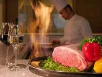 お客様の好みの焼き加減に合わせてステーキを焼き上げる