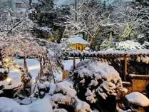 冬の美しい雪景庭園
