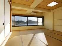 約16畳ある和室一面に広がる大きな窓!目の前には輝く海が見渡せます!