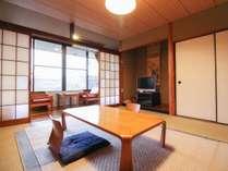 *【お部屋】バス・トイレ付きで広めの和室に大きなテレビがございます