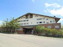 ■【アストリアホテル・外観】雄大な自然とともに会津高原たかつえの中心にあるホテルです。