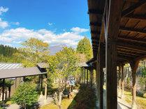 由布岳と回廊。温泉上がりにお散歩してみるのもおすすめです。