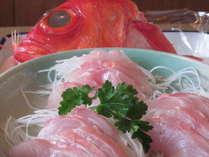 伊東地金目鯛刺身は超人気メニュー、頭は煮つけて。