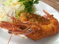 人気のエビフライと地魚フライはカマス。(パン粉は自家製なんです)
