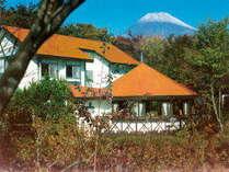 富士山南麓,約900m森林に囲まれた、ユニークなオレンジ12角形のラウンジにリフレシュしました。