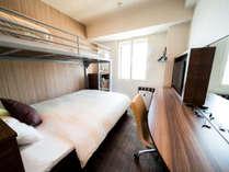 スーパールーム☆150cm幅ダブルベッド+80cm幅ロフトのシングルベッド