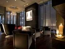 数々のこだわりある外国製調度品が並ぶロビーフロアは、ホテルのコンセプトを代表する空間です。