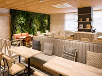 【ライブラリーカフェ】ソファー席では旅のスケジュールを相談するなど大人数でもお過ごしいただけます。