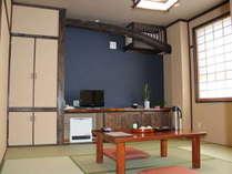 昔の間8畳和室・オシュレットトイレ・バリアフリー、天井の梁が特徴です。