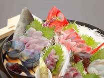 その日にあがる地魚造り盛り合わせ(夕食一例)