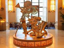 ロビーの真ん中には新しくミッキーとプルートの銅像が置かれています。