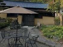 前庭にはパラソルとチェアがありくつろぐことができます。