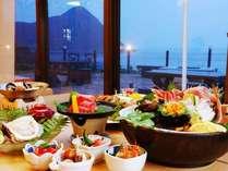 新鮮な海の幸や大自然で育まれた山の幸、郷土の料理を日本海を眺めながらお愉しみください。