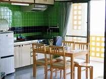 【コンドミニアム】キッチンです。沖縄料理に挑戦してみてはいかがでしょう。レシピがお部屋にございます。
