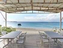 On the beach のテラス席。朝食~夕食までご利用いただけます。