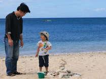 パパと一緒に浜辺の散策タイム♪
