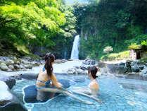 *マイナスイオンたっぷりの大滝を眺めながら楽しむ温泉は、極上の時間!水着着用の混浴風呂で楽しもう!