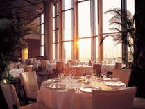 ホテルが誇る地上120mからの眺望が堪能できる、最上階のレストラン。