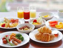 種類豊富な和洋朝食バイキングメニュー。朝からお腹いっぱいエネルギーチャージ☆