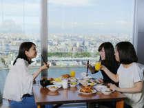 地上120mからの景色を眺めながら朝食を。※朝食会場32階実施日のみご案内