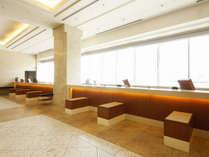 4階フロント・ロビーは広々とした雰囲気。チェックイン前もお荷物をお預かりいたします。