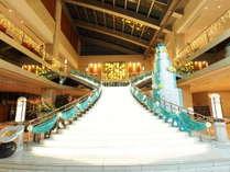 人気フォトスポットの大階段。爽やかな色合いの装飾は春夏期間限定♪