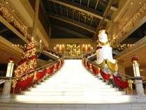 華やかなクリスマスの装いの大階段♪