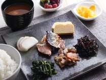 和食派の方にもご満足いただけるよう 焼き魚・納豆・お味噌汁などもご用意しております。