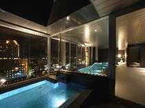 女性展望浴場手前が露天、奥が内風呂です。素敵な夜景がご覧頂けます。(16:00~25:00/6:00~9:00)