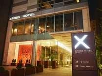 モダンなデザインのホテルエントランス。ホテル前の広場は毎年恒例となった札幌シティジャズの会場。