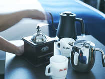 ご自分で挽いた淹れたてのコーヒーを楽しむ、朝の至福のひととき。