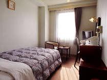 シングルルーム(面積:南側 15.0平米/北側 13.7平米、ベッドサイズ196.5cm×122.5cm)