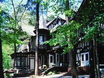 鳥のさえずりも聞こえる『やすらぎの森』、木立に遮られた陽光がホテルを際立たせます