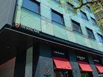地下鉄烏丸線四条駅6番出口すぐの立地。烏丸通りと仏光寺通りの角にあります。