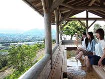 碁盤の目のような城下町と日本海が一望できる絶景足湯