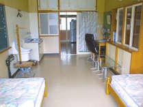 【保健室】体重計や座高計など保健室の名残が残ります