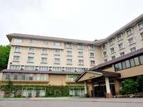 *外観/志賀高原の雄大な自然に囲まれたホテルです。