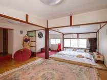 和室:二階和室寝室は隣にリビングがあり襖を外すと約16畳の大広間になります。