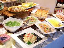 □ご朝食は約20品以上の和洋ミックスバイキングで、ボリュームたっぷりです。(※イメージ)