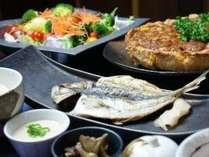 メインは厳選鮭の切り身(減塩)、厳選鯵の開き、地元お肉屋さん特注 ジャンボウインナーから選べます。