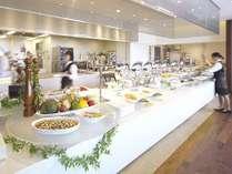 オープンキッチンで朝食ブッフェをご提供