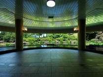 【男性大浴場】半円形の大きな窓が広々とした空間に仕上げます