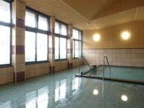 【展望風呂】敷地内から沸きあがるアルカリ性単純温泉はズバリ<美人の湯>。入浴はしっとりスベスベ肌に!